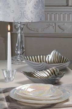 Lampada da tavolo con base trasparente, centrotavola, coppe e piatti in vetro decorato e portacandela di vetro