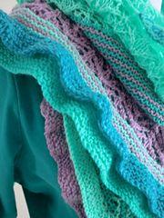 """""""Gärtner's Tochter"""" ist ein Schultertuch, das durch seine Farben speziell für Frühling und Sommer geeignet ist. Vier Farben werden in verschiedenen Kombinationen in Streifen und drei unterschiedlichen Laceteilen kombiniert. Dabei können starke oder Pastellfarben völlig unterschiedliche Wirkungen erzielen. Eine doppelte Rüsche in allen vier Farben entlang der Unterkanten erzeugen einen spektakulären Hingucker. Shawls, Knits, Ravelry, Blanket, Knitting, Crochet, Pattern, Handmade, Design"""