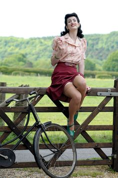 LOCATION - Pinup photography. Cute location. Fence. 1940's.