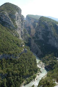 Près du Camping l'Hippocampe à Volonne. A proximité des Parcs du Verdon et du Luberon, Camping de charme situé en Haute Provence, l'Hippocampe s'étend le long d'un lac, parmi les oliviers et cerisiers dans un site calme et privilégié, à 600 m de Volonne, petit village provençal.