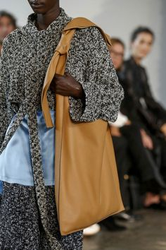 Details at Loewe RTW Spring 2019 - Viewiele Fashion 2020, Runway Fashion, Bags Online Shopping, Spanish Fashion, Stylish Handbags, Leather Bags Handmade, Beautiful Bags, Couture, Timeless Fashion