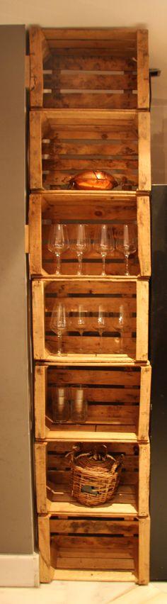 Estantería decorativa en el interior de nuestro restaurante realizada con cajas de madera recicladas