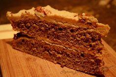 O reteta clasica de tort din Marea Britanie cu blat pufos si aroma puternica de cafea, umplut cu marmelada si crema de unt. Nucile din compozitia blatului ii dau o textura si o aroma foarte interesanta in combinatie cu aroma puternica de cafea.  http://www.retetedecolectie.ro/2014/04/tort-cu-cafea-si-nuci.html