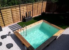 Découvrez 15 exemples pour installer une mini piscine coque en acrylique ou hors sol en bois dans votre jardin et sublimer votre aménagement extérieur.