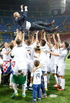 Die Real-Stars lassen ihren Trainer Zidane nach dem Triumph in Mailand hochleben
