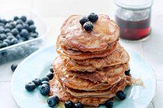 Boekweitpannenkoekjes met blauwe bessen Healthy Snacks, Healthy Recipes, Breakfast Recipes, Bakery, Good Food, Brunch, Sweets, Desserts, Bread