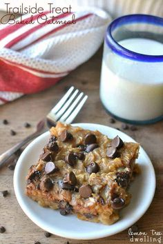 Baked Oatmeal meets Trailside Treat Cookies - one of my childhood favorites! This baked oatmeal is an easy breakfast bar that's delicious and satisfying! Just Desserts, Delicious Desserts, Dessert Recipes, Yummy Food, Dessert Bars, No Bake Oatmeal Bars, Baked Oatmeal, Vegetarian Chocolate, Cooking Recipes