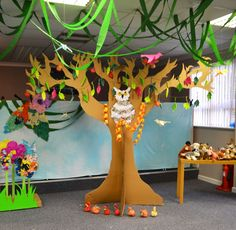 Large Tree of Knowledge cut from cardboard boxes - Creation theme Messy Church Más Classroom Tree, Classroom Decor Themes, 3d Tree, Tree Art, Tree Crafts, Paper Crafts, 3d Paper, Cardboard Tree, Cardboard Boxes