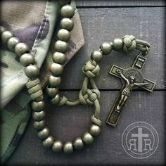 Paracord Rosary, Paracord Bracelets, Paracord Ideas, Beaded Bracelets, Praying The Rosary, Rosary Catholic, Baubles And Beads, Rosary Beads, Jesus Drawings