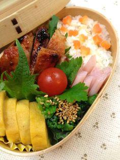 Twitter from @kumaizumi 本日のお弁当■豚肉の味噌漬け焼、ほうれん草のポン酢、卵焼き、ミニ蓮根の梅酢 #obento #obentoart