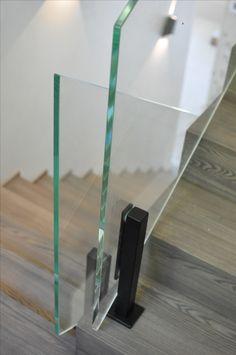 Ограждение из стекла на стальных стойках