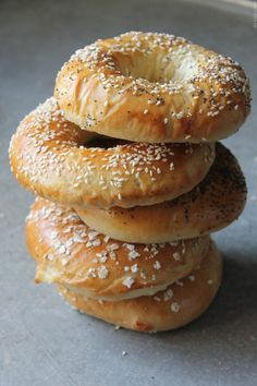 Bagels maison, recette de Mercotte, façon burger!! Pain Bagel, Beignets, Bagels, Crepes, Sandwiches, Bread, Healthy, Food, Voici