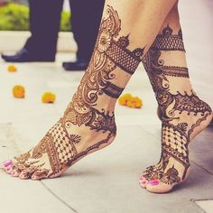 The style of a bride posing after her leg mehndi we love this idea .are you going to do in your mehndi function… Mehndi Tattoo, Mehndi Art, Henna Mehndi, Leg Mehndi, Henna Designs Feet, Henna Tattoo Designs, Mehandi Designs, Wedding Henna, Bridal Mehndi