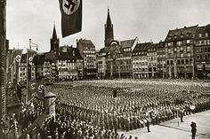 """13 octobre 1941 : manifestation nazie à Strasbourg (Place Kléber ou Karl Roos Platz) : Tous les moyens sont mis en oeuvre pour germaniser l'Alsace. De grandes manifestations sont organisées par les Nazis afin de démontrer leur force, comme ici sur la place Kléber rebaptisée """"Karl Roos Platz"""""""