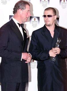 Alexander McQueen e o príncipe Charles após receber o prêmio de estilista do ano no British Fashion Awards em 2001