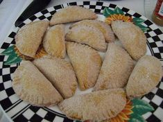 Empanadas de Cajeta (need it translated though) Mexican Pastries, Mexican Sweet Breads, Mexican Bread, Mexican Dishes, Baked Empanadas, Empanadas Recipe, Breakfast And Brunch, Mexican Dessert Recipes, Mexican Cooking