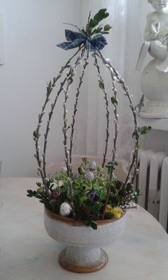 Love the idea of shaping pussy willow branches into topiary form! Easter Flower Arrangements, Easter Flowers, Floral Arrangements, Easter Projects, Easter Crafts, Oster Dekor, Chicken Wire Art, Rama Seca, Deco Floral