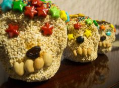 Day of the Dead mexican dessert- skull shapes made of amaranth and honey Popped Amaranth, Mexican Food Recipes, Diet Recipes, Amaranth Grain, Mexican Holiday, Snack Box, People Eating, B & B, Treats