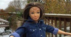 Cellulite, Pickel und eine durchschnittliche Figur - das ist die NEUE BARBIE! http://www.shape.de/beauty/pflege-und-make-up/a-61359/barbie-puppe-mit-realistischen-massen-pickeln-und-tattoos.html