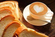 Cuba - O café da manhã em Cuba é simples, mas bem familiar para nós, brasileiros: café com leite adoçado e pão com manteiga tostado, cortado em pedaços que podem ser facilmente molhados no café. Em alguns lugares uma tigela de frutas acompanha a refeição.