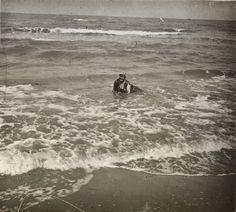 Mujer en la playa de Cullera, entre 1919-1927. Fotografía de Francisco Roglá López, (1894-1936). Colección de Colección de fotografías de Cullera II. Donación Familia Roglá