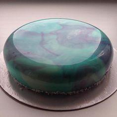 La talentueuse pâtissière Russe Olga Noskova livre ses gâteaux aussi artistiques que culinaires sur commande. Ce superbe effet miroir s'obtient grâce à différents glaçages réalisés à partir de différents colorants répartis sur l'ensemble du gâteau. Des superbes glaçages plus que...Savoir plus