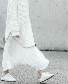 minimal chic White total look. Sneakers, pleated skirt and long white sweater. Look Fashion, Fashion Outfits, Womens Fashion, Fashion Design, Fashion Trends, Sneakers Fashion, Dress Fashion, Trendy Fashion, Fashion Ideas