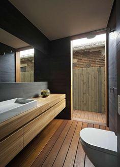 gemütliches und stilvolles Badezimmer mit Holzboden
