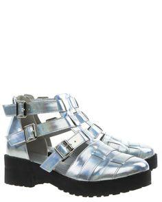 Silverfärgade skor med breda remmar och öppen sida. Snygg hologrameffekt i silverfärgen. Svarta rejäla sulor.Dragkedja baktill och tre spännen.