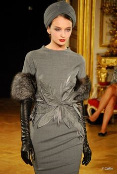 Grey high fashion with leather and fur! Races Fashion, Fur Fashion, Look Fashion, High Fashion, Winter Fashion, Womens Fashion, Fashion Design, Fashion Trends, Glamorous Chic Life