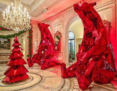 Jeff Leatham, diretor artístico do Four Seasons Hotel George V, em Paris, transformou soberbamente o lobby e o pátio do hotel para o período festivo e mágico do Natal. Dois ursos polares com mais de 4 metros de altura, compostos inteiramente de espelhos vermelhos, fixaram residência no átrio do hotel, onde permanecerão até o dia… Leia mais O Natal de Jeff Leatham