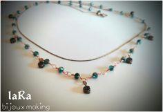 Collana doppia catena con perline sfaccettate verde petrolio. Catena nodi ad orefice interamente lavorata a mano.