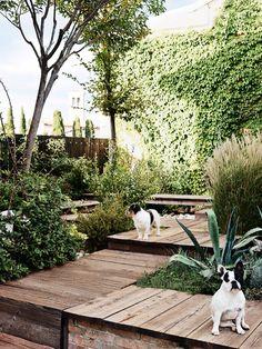 Jardim com caminho de Deck. Fonte: Elle Decoration UK Maio 2014.