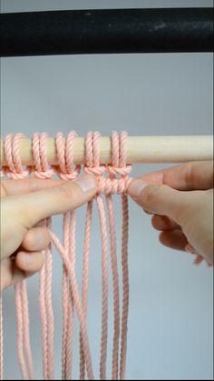 Macrame knots: How To Tie A Double Half Hitch – Filz und Fadenkunst – diycrafts Macrame Wall Hanging Patterns, Macrame Plant Hangers, Macrame Art, Macrame Design, Macrame Projects, Macrame Patterns, How To Macrame, Micro Macrame, Sewing Patterns