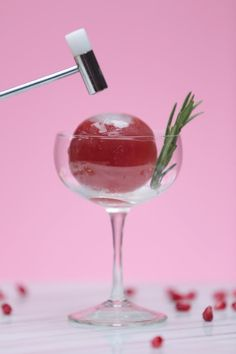 Impress Your Guests With This Cocktail-Filled Ice Ball! Cocktail Garnish, Cocktail Drinks, Alcoholic Drinks, Beverages, Dry Ice Cocktails, Molecular Cocktails, Cocktail List, Sweet Cocktails, Fancy Drinks