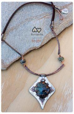 collar de cobre forjado a mano con labradorita: collar unico de cobre y cuero.