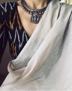Saree and jewellery ispirations.By Mergazhi and Parade jewellers – bestlooks Cotton Saree Blouse, Saree Blouse Patterns, Saree Blouse Designs, Silk Sarees, Trendy Sarees, Stylish Sarees, Saree Jewellery, Modern Saree, Dress Indian Style