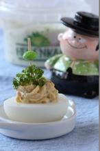Gevulde eieren met HEKS'NKAAS® (8 stuks) Ingrediënten • 4 eieren, hardgekookt en afgekoeld • 2 eetlepels HEKS'NKAAS® • (versgemalen) witte peper • zout Bereiding Snijd de eieren in de lengte doormidden en verwijder de eidooiers. Doe de eidooiers in een kommetje en prak ze fijn (houd evt. wat eigeelkruimels achter voor de decoratie). Roer hier de HEKS'NKAAS® door en breng op smaak met (versgemalen) witte peper en zout. #Heksenkaas #Pasen