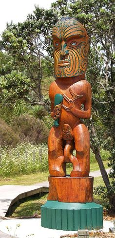 Kaitiaki Tapu, Maori Carving from New Zealand. Not as tall as the Alaskan variety. Wood Carving Art, Bone Carving, Wood Art, Maori Face Tattoo, New Zealand Holidays, Maori People, Arte Tribal, Tiki Party, Maori Art