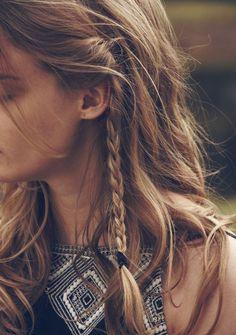 Peinado deshechado estilo boho con trenzas pequeñas normales