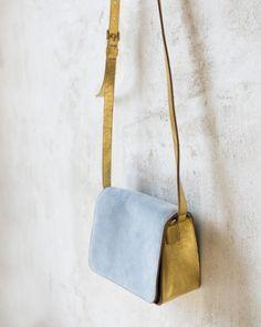 BOB BOLSO AZUL/ORO. Bolso de 14,5x17,5x8cm de cuero dorado, nubuck azul cielo y cuero negro en el interior.  #bolsos #bags #complementos #mujer