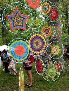 Hula hoop, yarn bombing