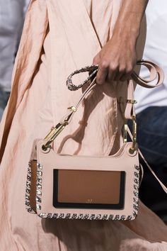 Jason Wu at New York Fashion Week Spring 2018 - The Chicest Designer Handbags From New York Fashion Week Spring 2018 - Photos Jason Wu, Look Fashion, Fashion Bags, Fashion Trends, Runway Fashion, Summer Handbags, Fall Handbags, Stylish Handbags, Clutch Bag