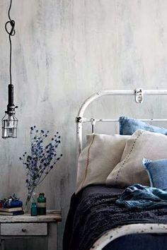 インディゴとリネンのナチュラルな組み合わせ。ベッドサイドの花や小物もブルーで統一してみて。