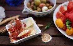 Podzimní grilovačka: tipy, jak na skvělé pohoštění | DIY MINI PROJEKTY Sangria, Plastic Cutting Board, Dip, Cheese, Food, Salsa, Essen, Meals, Yemek