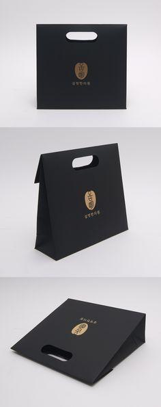 #손잡이백 #설명한의원 쇼핑백 #흑지 #금박인쇄 #모아패키지 #패키지샘플 Paper Bag Design, Custom Packaging, Box Cake, Branding, Personalized Items, Printed, Bags, Handbags, Boxed Cake