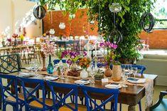 Decoração colorida na Fazenda anta Bárbara feita pela Tais Puntel, com flroes coloridas, cadeiras azuis e varal de luzinhas. Um charme! Foto: Danilo Máximo