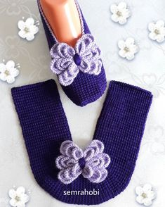 How to Crochet Boots with Flip Flops - Free Pattern + Video Tutorial Crochet Sandals, Crochet Boots, Crochet Baby Booties, Crochet Shoes Pattern, Crochet Motif, Knit Crochet, Knitting Patterns, Knit Shoes, Apron