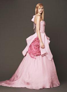 Gli abiti da sposa rosa 2014 sono perfetti per chi vuole un matrimonio romantico e colorato. La sposa che indossa un abito rosa potrà scegliere tra diverse sfumature e tagli, cercando quelli che più si addicono al suo incarnato e alla sue forme. I rosa più di tendenza nel 2014 sono il rosa antico, il rosa cipria, il rosa salmone e il corallo. Certo non mancano le proposte in rosa shocking e pesca.     VERA WANG
