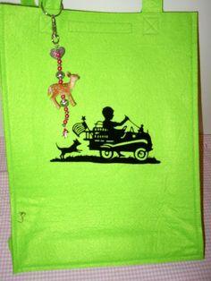 Hier eine feine Tasche aus apfelgrünem Textilfilz mit nostalgischem Scherenschnittmotiv und nettem Rehlein-Taschenbaumler.  Tasche kann über die Sc...